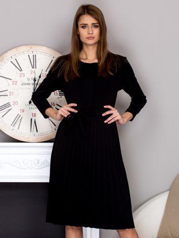 Czarna sukienka koktajlowa z kokardą i plisowanym dołem
