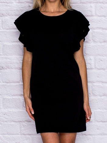 Czarna sukienka koktajlowa z ozdobnymi falbanami