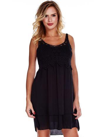 Czarna sukienka na cienkich ramiączkach