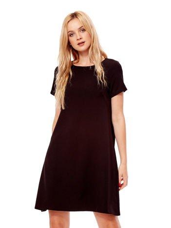 Czarna sukienka o trapezowym kroju