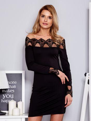 Czarna sukienka odsłaniająca ramiona z koronką