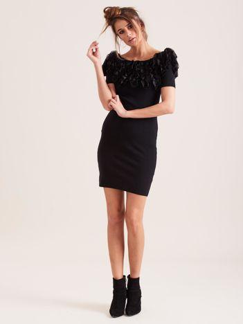 Czarna sukienka tuba z falbankami
