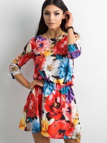 Czarna sukienka w kolorowe kwiatowe desenie