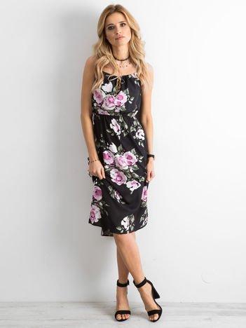Czarna sukienka w kwiaty z ozdobnym wiązaniem przy dekolcie