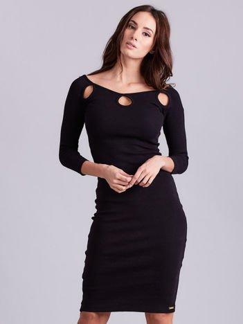 Czarna sukienka w prążek z wycięciami