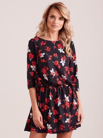 Czarna sukienka w roślinne motywy