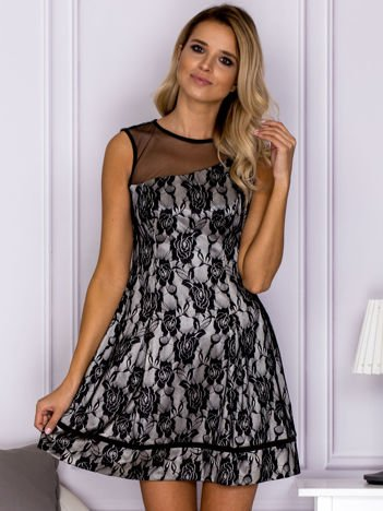 Czarna sukienka wieczorowa z asymetryczną tiulową wstawką