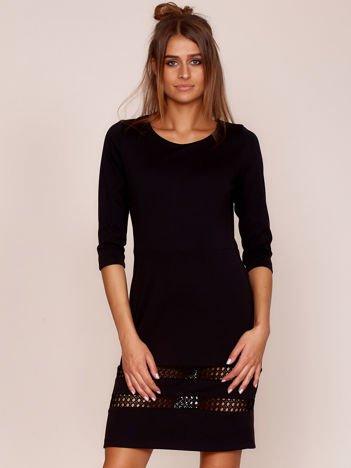 Czarna sukienka z ażurowymi wstawkami PLUS SIZE