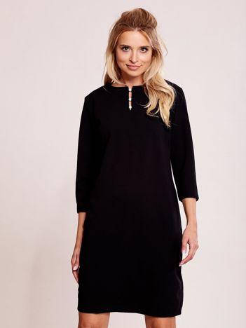 Czarna sukienka z biżuteryjnym dekoltem