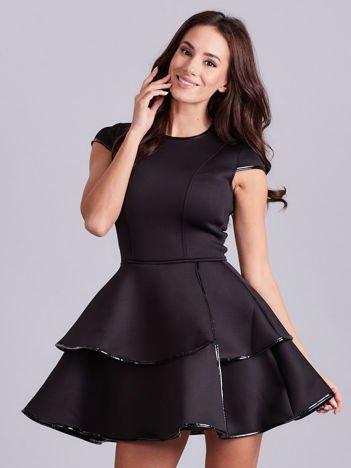 Czarna sukienka z błyszczącym wykończeniem