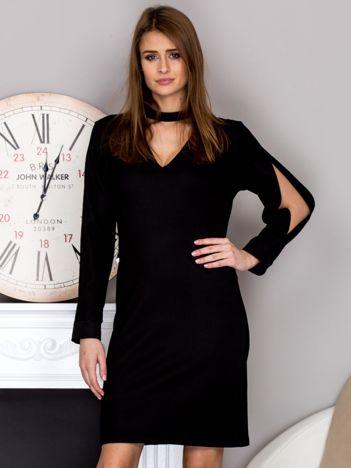 Czarna sukienka z chokerem i wycięciami na rękawach