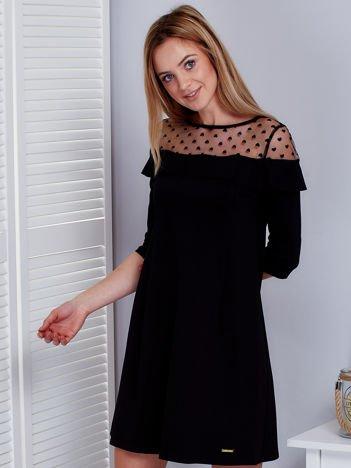 Czarna sukienka z dekoltem w groszki
