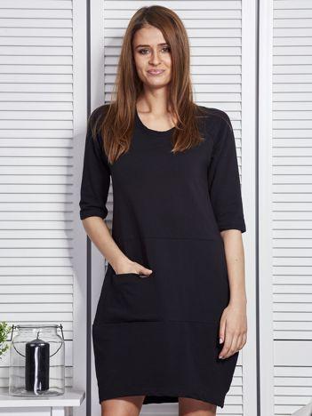 Czarna sukienka z kieszenią