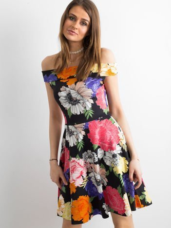 Czarna sukienka z kolorowym kwiatowym deseniem