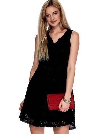 Czarna sukienka z koronki z ozdobnym dekoltem