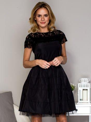 Czarna sukienka z koronkowym dekoltem