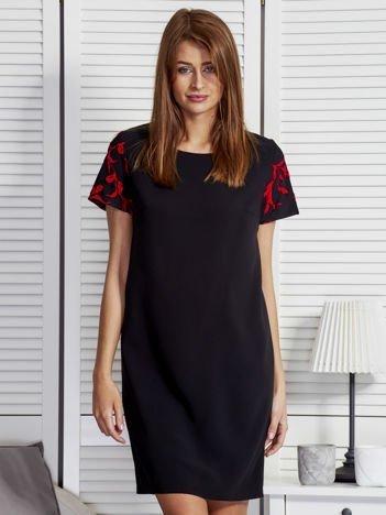 Czarna sukienka z kwiatowym motywem na rękawach