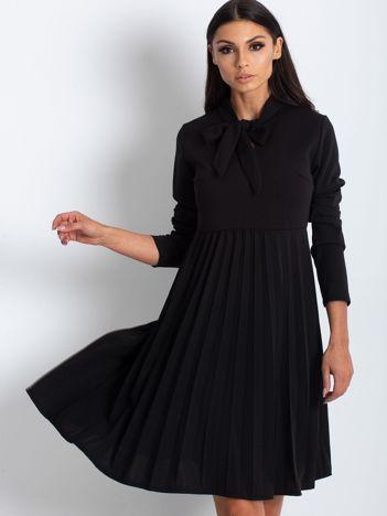 Czarna sukienka z plisami