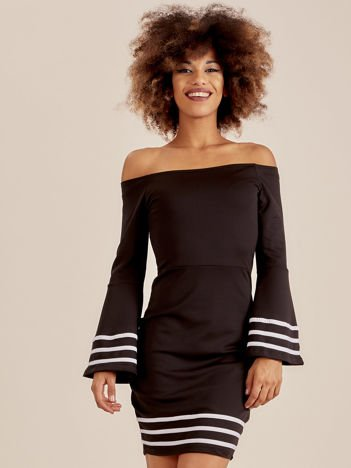 Czarna sukienka z szerokim rękawem