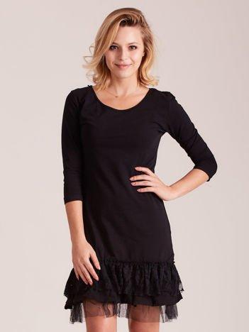 Czarna sukienka z tiulem i koronkową falbaną