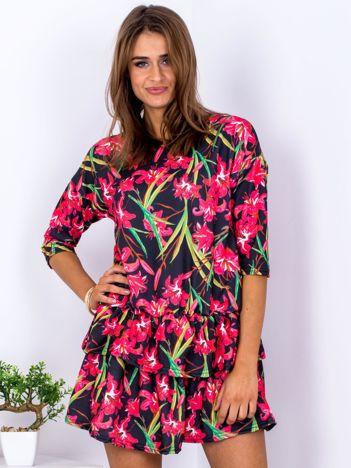 Czarna sukienka z warstwowymi falbanami i motywem lilii