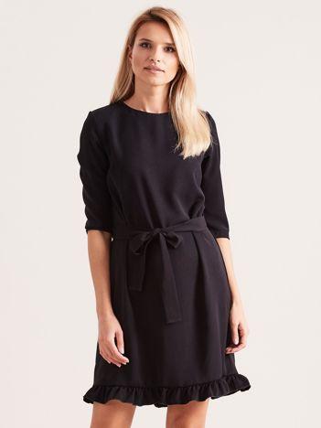 Czarna sukienka z wiązaniem i falbanami