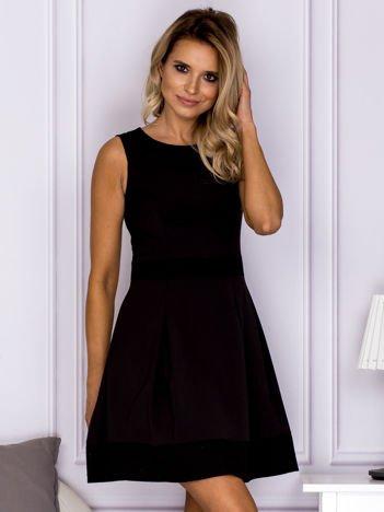 Czarna sukienka z wypukłymi wstawkami w kratę