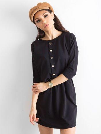 Czarna sukienka ze złotymi guzikami