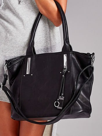 Czarna torba shopperka z zawieszką