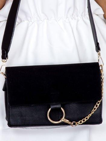Czarna torba ze złotym ozdobnym łańcuszkiem