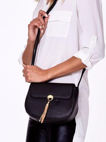 Czarna torebka listonoszka z biżuteryjnym chwostem