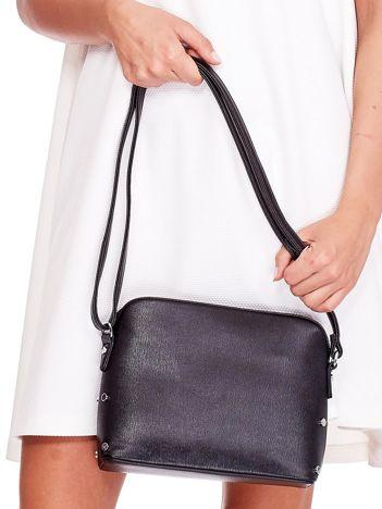 Czarna torebka listonoszka z bocznymi ćwiekami