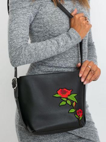Czarna torebka z naszywką