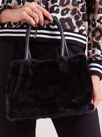 Czarna torebka ze sztucznego futerka