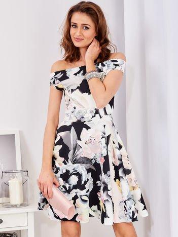 Czarna wzorzysta sukienka rozkloszowana