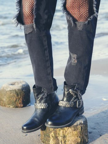 Czarne botki Maciejka z cholewką za kostkę, ozdobnym paskiem i ćwikami w kształcie gwiazdki na boku cholewki