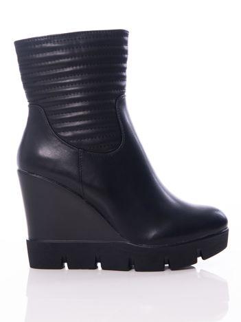 Czarne botki na koturnach z pikowaną cholewką
