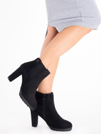 Czarne botki na słupku z elastyczną wstawką po bokach