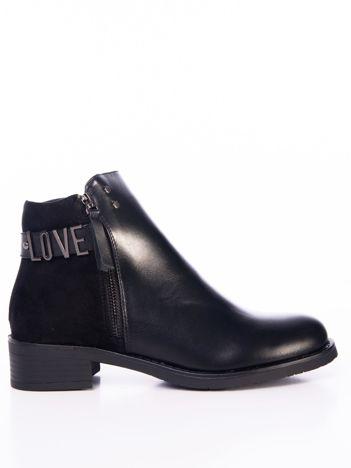 Czarne botki z ozdobnym paskiem i metalową przypinką LOVE