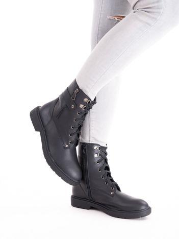 Czarne botki za kostkę z paskiem na tyle cholewki