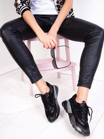 Czarne buty sportowe na sprężystej podeszwie z brokatowymi wstawkami