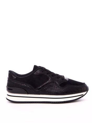 Czarne buty sportowe z białą podeszwą i wężową fakturą cholewki