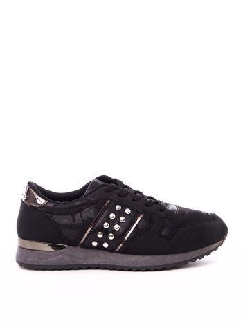Czarne buty sportowe z nitami na boku cholewki i wzorem moro