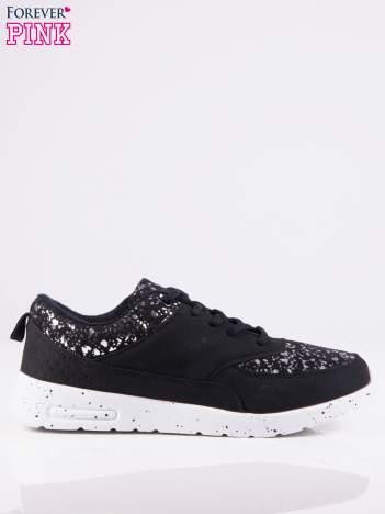 Czarne buty sportowe z srebrnymi plamkami z przodu i dookoła cholewki