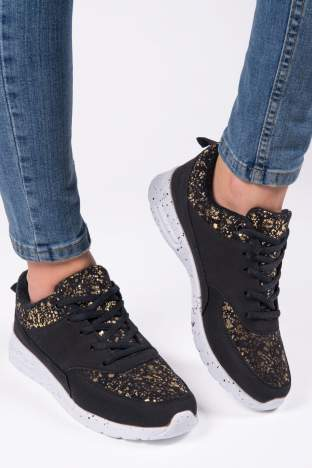 Czarne buty sportowe ze złotymi plamkami z przodu i dookoła cholewki