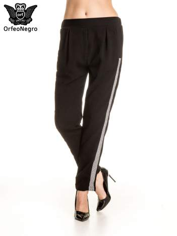 Czarne eleganckie spodnie dresowe z kontrastowym lampasem