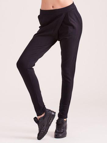 Czarne kopertowe spodnie dresowe z kieszeniami