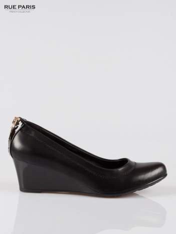 Czarne koturny faux leather Marisa ze złotym suwakiem z tyłu