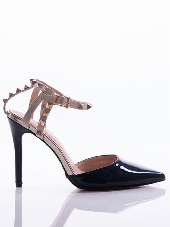Czarne lakierowane sandały na szpilkach z ozdobnymi paskami na tyle cholewki zdobione złotymi ćwiekami