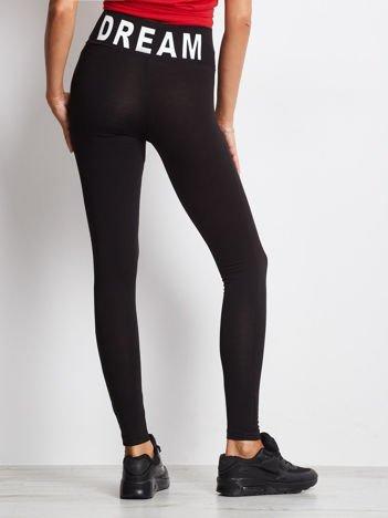 Czarne legginsy damskie z szeroką gumą w pasie i napisem z tyłu